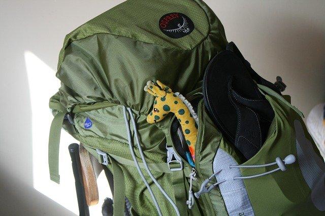 ¿Como levantar una mochila pesada?